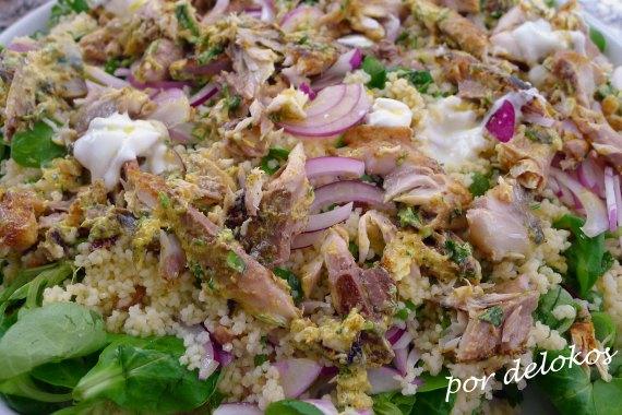 Ensalada de cuscús con caballa, hierbas aromáticas y canónigos, por delokos